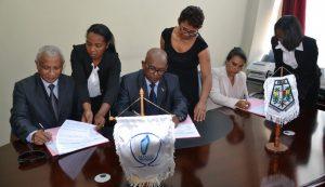 Le DG du Ministère de la sécurité Publique entouré de ses homologues du BIANCO (1er à g) et du Ministère de la Fonction Publique lors de la signature de convention