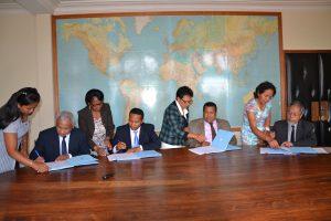 le DG du BIANCO (1er à g), le Ministre des Postes et Télécommunications (2è à g), le Ministre de la Fonction Publique (2ème à d) et le DG de l'IMaTep (ext d) lors de la signature de convention